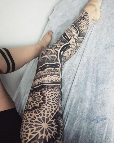 Dotwork Style tattoo in leg