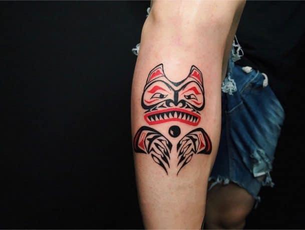 Red&Black Haida tattoo in leg